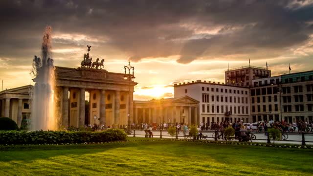 vídeos y material grabado en eventos de stock de , berlin brandenburg gate al atardecer - berlín
