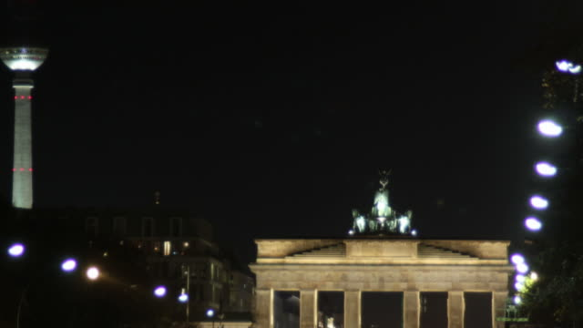 brandenburger tor zeitraffer-videos - berlin brandenburger tor blurred stock-videos und b-roll-filmmaterial