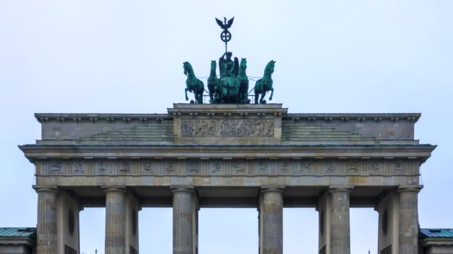 vídeos de stock e filmes b-roll de brandenburger tor pariser platz in berlin mitte deutschland sehenswürdigkeit - berlin wall