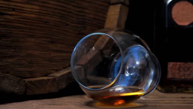 vídeos de stock e filmes b-roll de brandy on bar counter - barrica