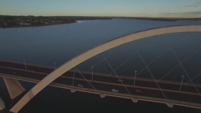 Antena de Brasília - perto de rastreamento carros na ponte de Juscelino Kubitsheck - vídeo