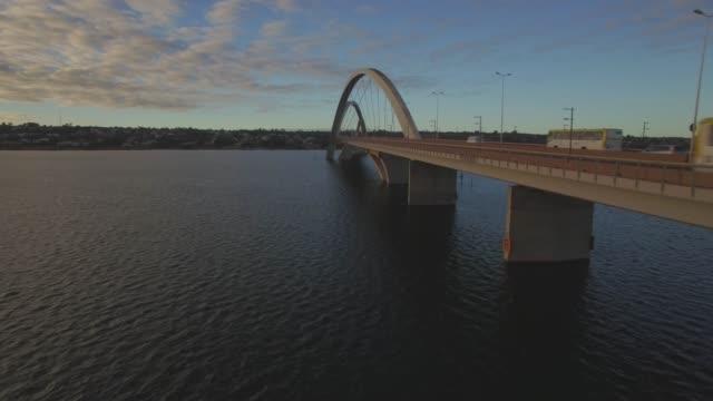 Antena de Brasília - subindo debaixo do Juscelino Kubitsheck ponte - vídeo