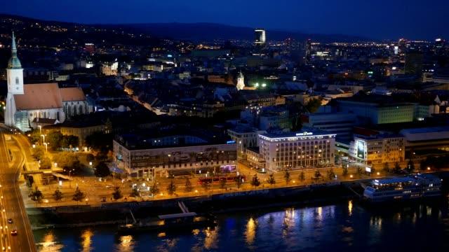 vídeos de stock, filmes e b-roll de bratislava, eslováquia. vista noturna do velho castelo e da cidade velha - característica arquitetônica