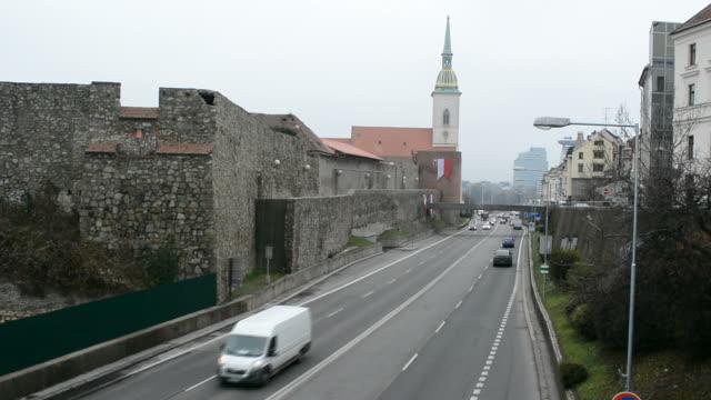 bratislava-straße und turm - slowakei stock-videos und b-roll-filmmaterial