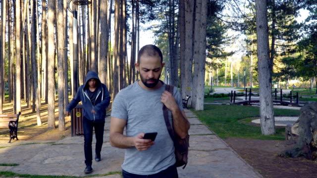 vídeos de stock, filmes e b-roll de homem bravo que impede a tentativa do roubo no parque - autodefesa
