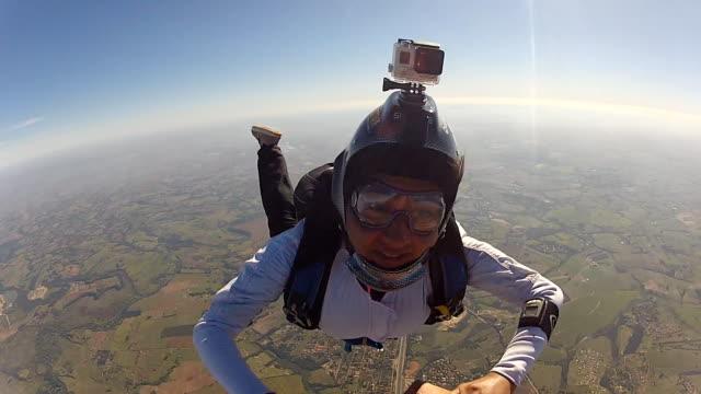 brave woman in free fall - скайдайвинг стоковые видео и кадры b-roll