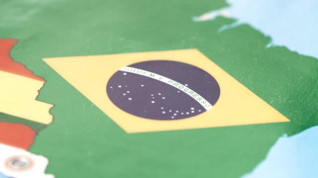 Fronteiras do Brasil com a bandeira nacional no mapa do mundo - vídeo