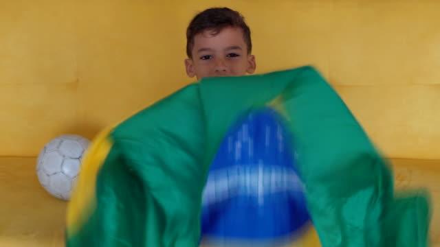 brasilien fläkt pojke - brasilien flagga bildbanksvideor och videomaterial från bakom kulisserna