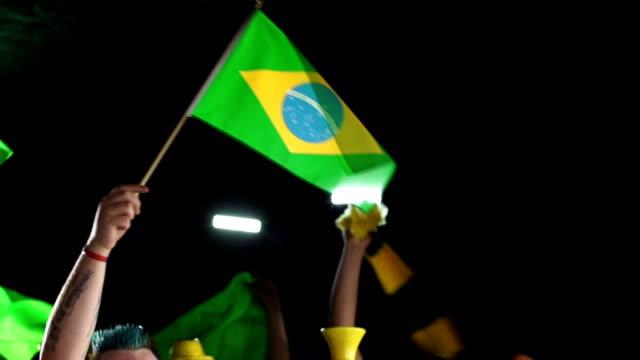 Brasil flags e Confete-multidão, fãs e simpatizantes (Jogos Olímpicos) - vídeo