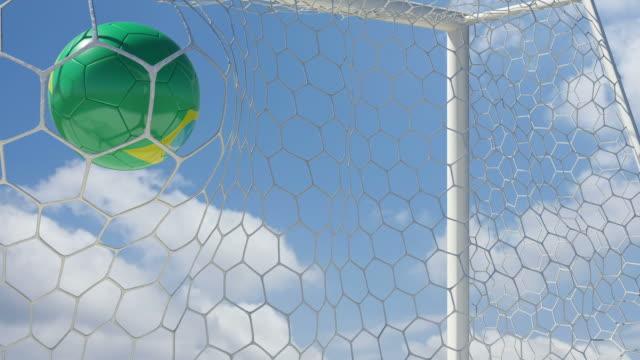 vídeos de stock e filmes b-roll de bola brasileira notas em câmara lenta com céu de fundo - campeão soccer football azul