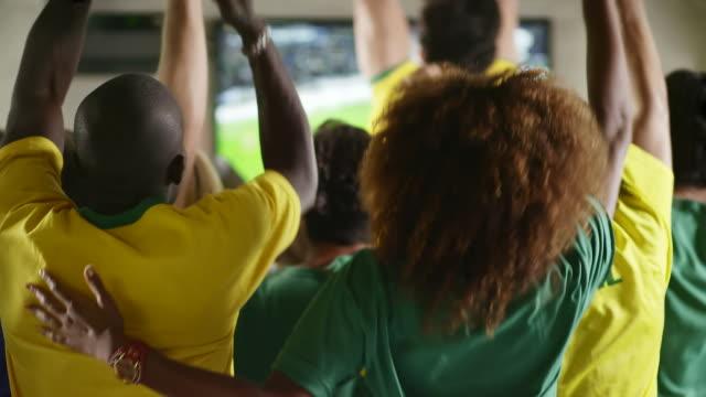 Fãs brasileiros Assista a um jogo de futebol em um Sports Bar - vídeo