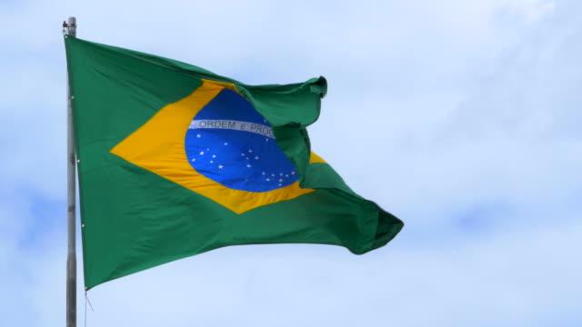 brasilianische flagge winken im wind - spruchband stock-videos und b-roll-filmmaterial