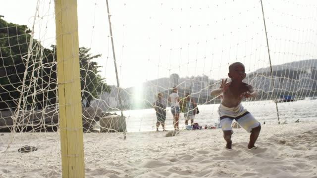Brasileiro criança tenta bloquear um gol de futebol - vídeo