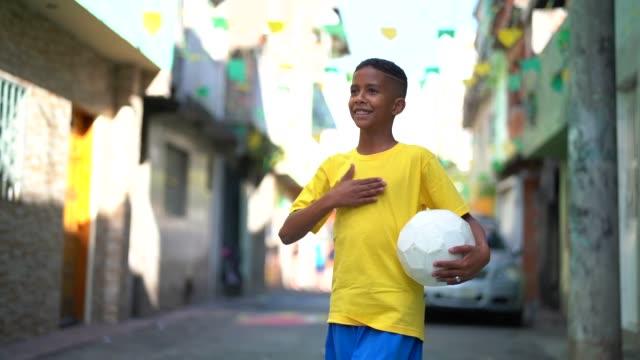 ブラジルの子供遊ぶサッカー肖像画 - ブラジル文化点の映像素材/bロール
