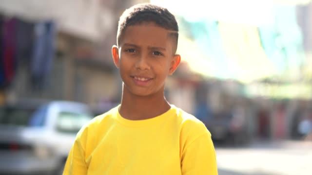 brazilian kid portrait at favela - настоящая жизнь стоковые видео и кадры b-roll