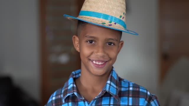 brazylijski portret dziecka z kostiumem junina party (festa junina) - miesiąc filmów i materiałów b-roll