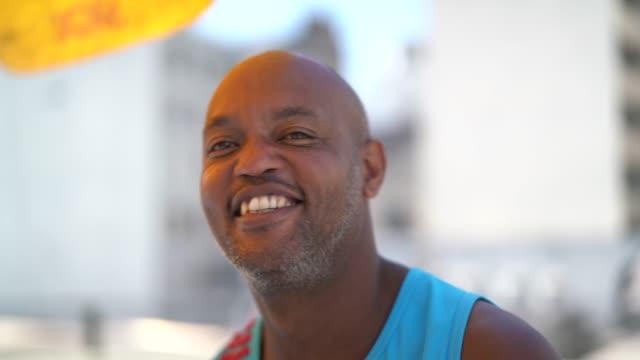 бразильский человек улыбается - бразилец парду стоковые видео и кадры b-roll