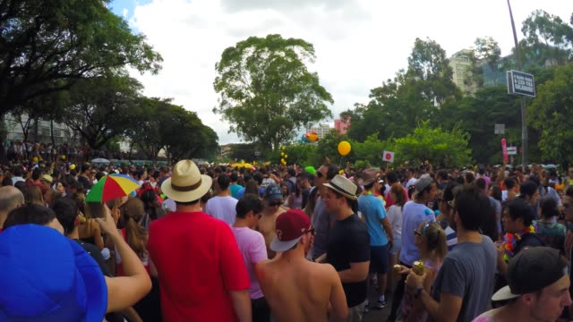 brazilian people celebrating carnaval on street - карнавал стоковые видео и кадры b-roll