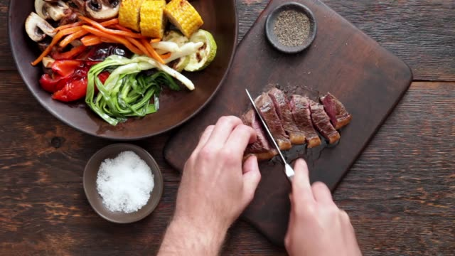 vídeos de stock e filmes b-roll de brazilian picanha steak with fresh herb sauce and grilled vegetables - beef angus