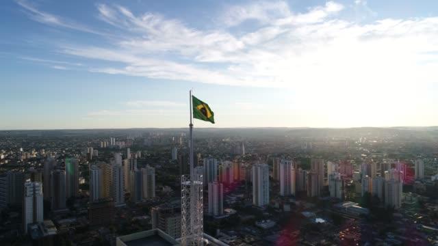 ゴイアニア・のスカイラインにあるブラジルの手を振って旗, ゴイアス - ブラジル文化点の映像素材/bロール