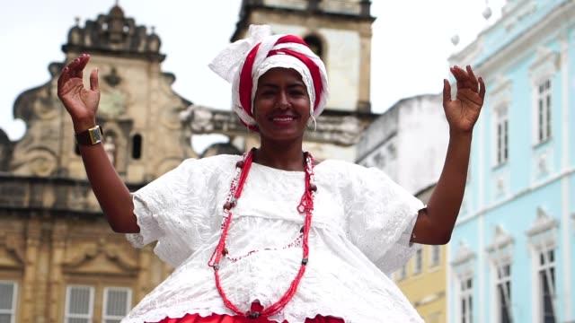 """vídeos y material grabado en eventos de stock de mujer brasileña - """"baiana"""" dancing - bahía"""