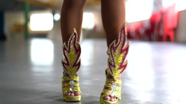 Mujer brasileña bailando samba en el desfile de carnaval famoso - vídeo