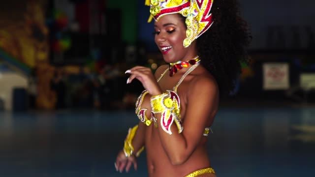 vídeos de stock, filmes e b-roll de mulher brasileira dançando samba para o desfile de carnaval famoso - brasileiro pardo