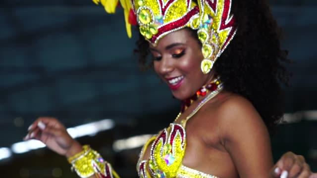 vídeos y material grabado en eventos de stock de mujer brasileña bailando samba en el desfile de carnaval famoso - martes de carnaval