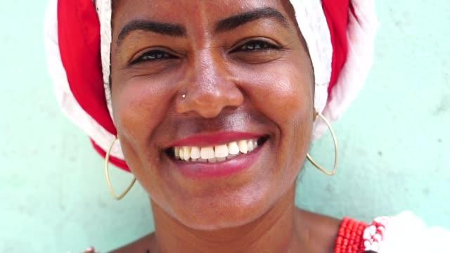 vídeos de stock, filmes e b-roll de mulher brasileira de ascendência africana, bahia, brasil - nordeste