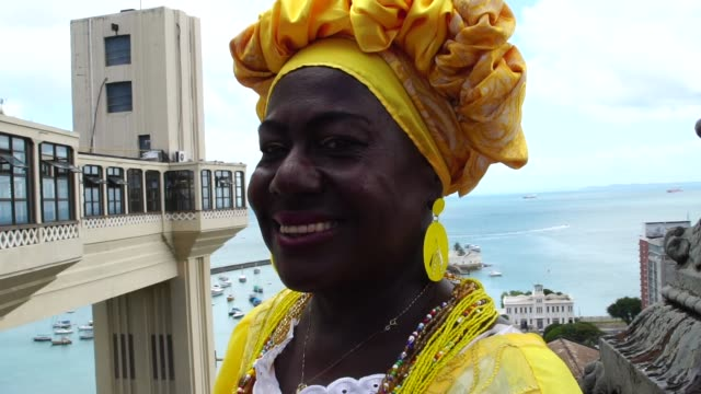 vídeos de stock, filmes e b-roll de mulher brasileira de ascendência africana no elevador lacerda, salvador - nordeste