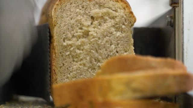 슈퍼마켓에서 빵 절단 기 - 식빵 한 덩어리 스톡 비디오 및 b-롤 화면