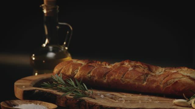 도마에 빵 - 식빵 한 덩어리 스톡 비디오 및 b-롤 화면