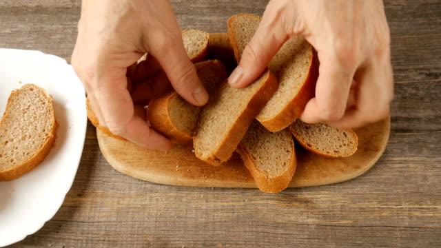 Brot auf dem Tisch. – Video
