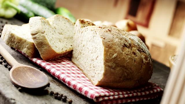 bröd på träbord - brödlimpa bildbanksvideor och videomaterial från bakom kulisserna