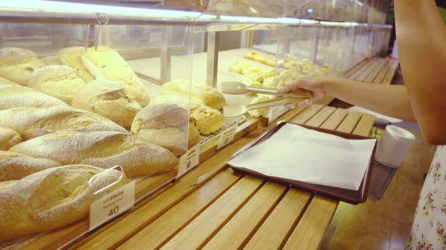 パンのショッピング - 食パン点の映像素材/bロール