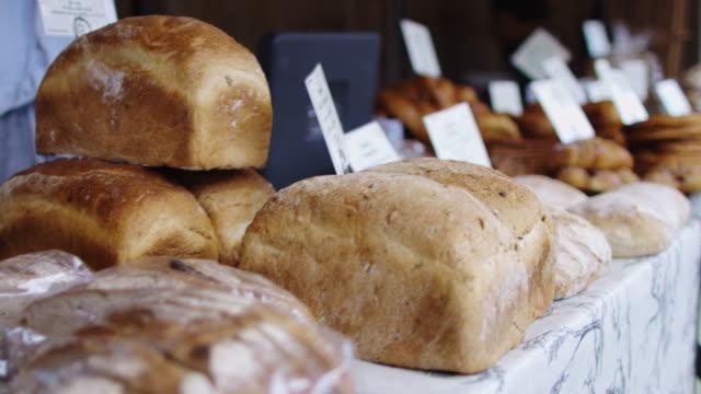 Décrochage de pain sur le marché des fermiers - Vidéo