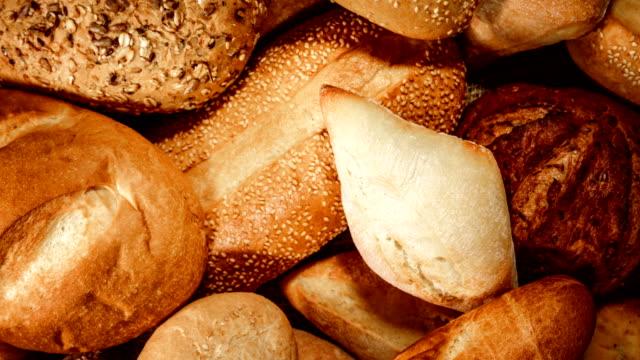 빵과 구운 식품 - 식빵 한 덩어리 스톡 비디오 및 b-롤 화면