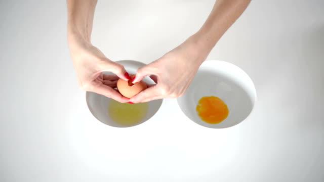 break an egg - bölmek stok videoları ve detay görüntü çekimi