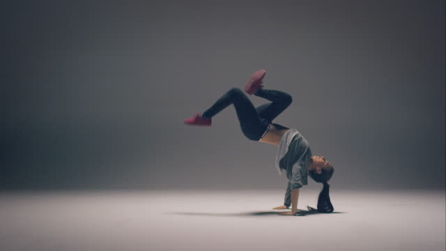breakdance donna - flessibilità video stock e b–roll