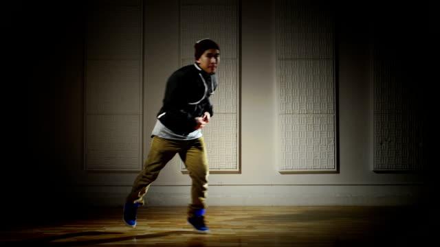 に励むブレイクダンサーが技をオフ - ダンススタジオ点の映像素材/bロール