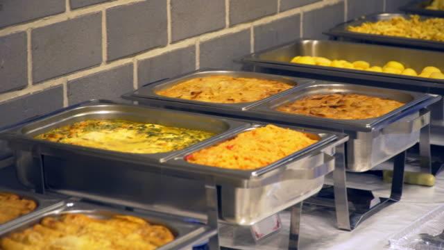 Pequeno-almoço no hotel. batatas fritas e ovos mexidos e outros pratos quentes. - vídeo