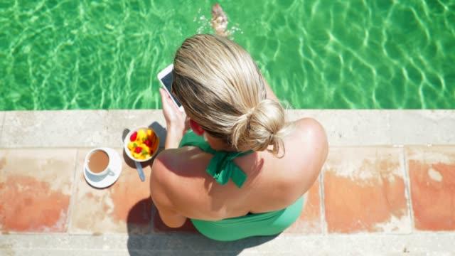 stockvideo's en b-roll-footage met ontbijt bij het zwembad - paardenstaart haar naar achteren