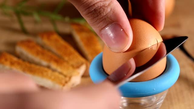 en frukost ägg skäras med en kniv och saltade - kokat ägg bildbanksvideor och videomaterial från bakom kulisserna