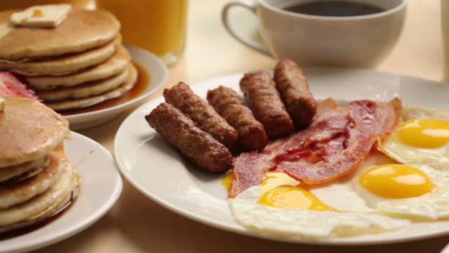 vídeos de stock, filmes e b-roll de comida de café-da-manhã - salsicha