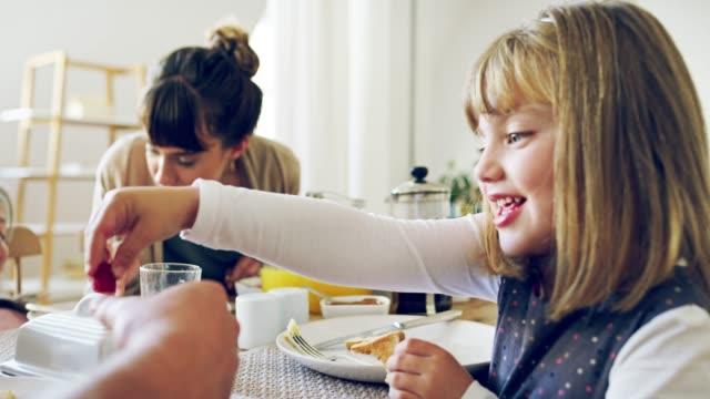 Le petit déjeuner est mieux partagé avec des gens que vous aimez le plus - Vidéo