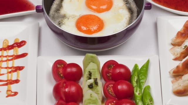 frühstücksteller auf weißem - portion stock-videos und b-roll-filmmaterial