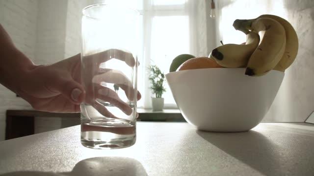 朝食。クローズ アップ テーブルにグラスにフルーツ ジュースを注ぐ - バナナ点の映像素材/bロール