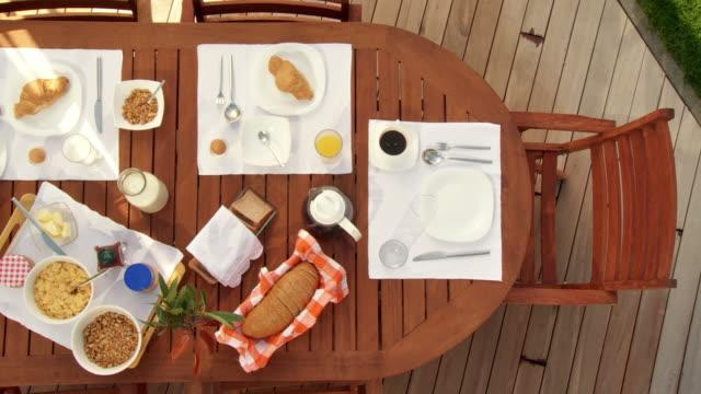 vídeos de stock e filmes b-roll de grou de hd: quadro de pequeno-almoço na terrace - mesa mobília