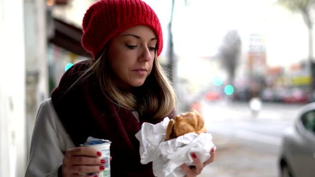 frukost gå - cold street bildbanksvideor och videomaterial från bakom kulisserna
