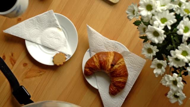 frühstück mit kaffee, croissants und brie käse. ansicht von oben. dolly erschossen. - brie stock-videos und b-roll-filmmaterial